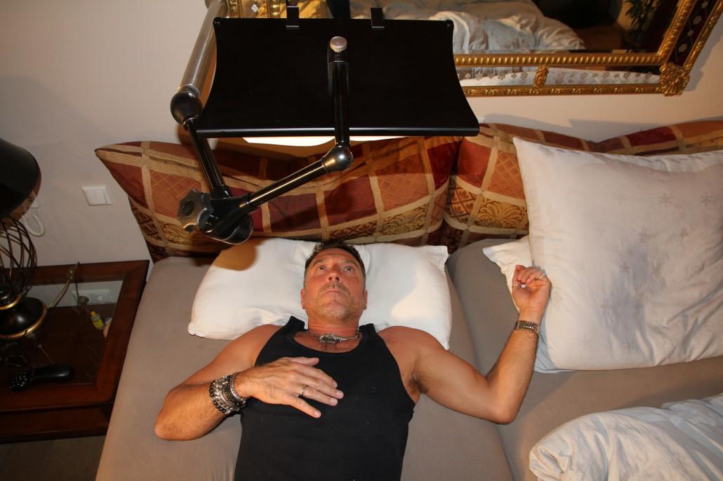 Stabile Buchhalterung für das Bett
